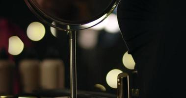 close-up bij reflectie op een deel van het gezicht van de vrouw in ronde spiegel. video