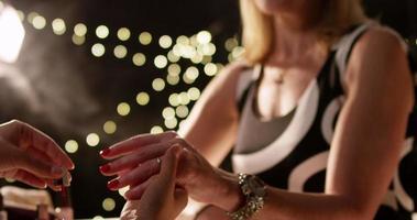 vrouw krijgt haar nagels geverfd met rode nagellak door visagist. video