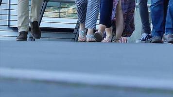 pessoas andando pés cidade verão câmera lenta video