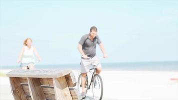 un couple à vélo à la plage