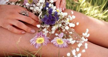 mani della ragazza che tengono i fiori