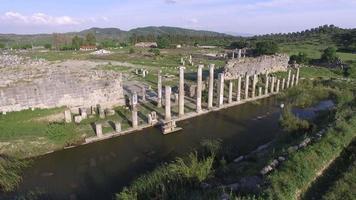 volando intorno a colonne e rovine storiche