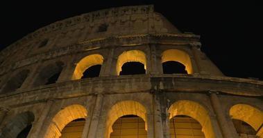 vista notturna del colosseo romano
