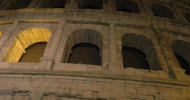 famoso Colosseo romano di notte