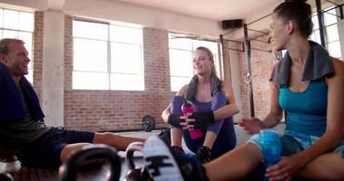 Gruppe multiethnischer Freunde, die sich im Fitnessstudio erholen und Feuchtigkeit spenden video