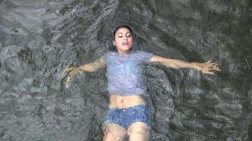 in einem Fluss schwimmen