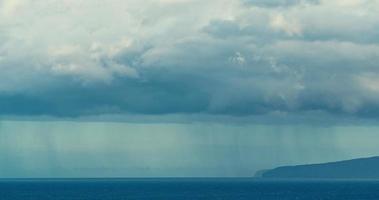 linda paisagem marinha com nuvens de chuva