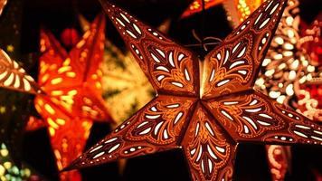 stelle delle vacanze in un mercatino di Natale