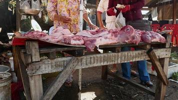 Proveedor de carne haciendo negocios en el mercado local.