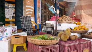 bancarella di frutta locale e un ventilatore che soffia aria video