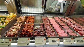 trabalhador empacotando carne em açougue 4k de mercado de alimentos video