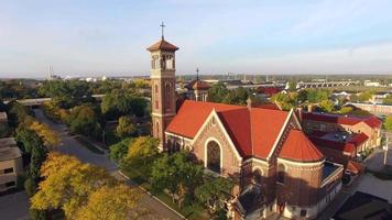 passeio aéreo de tirar o fôlego; arquitetura de igreja dupla