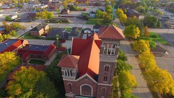 passeio aéreo de tirar o fôlego; igreja catedral gêmea