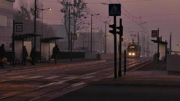 Leute warten auf ankommende Straßenbahn