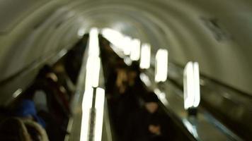 as pessoas sobem na escada rolante.
