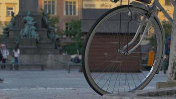 bicicleta y gente en el casco antiguo.