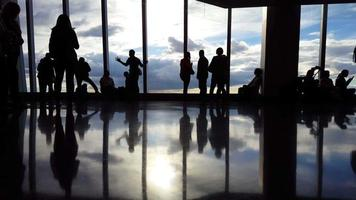 mensen op luchthaven terminal time-lapse 4k