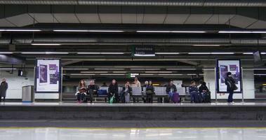 persone della metropolitana di Barcellona sulla stazione ferroviaria 4k spagna
