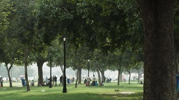 Zeitrafferaufnahme von Menschen in einem Park, Delhi, Indien