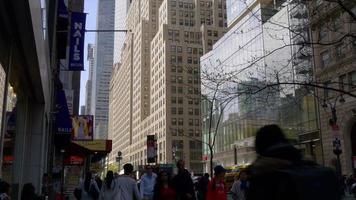 Stati Uniti d'America New York City giorno tempo strada a piedi persone 4K video