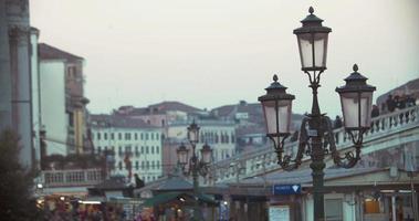 cena de veneza com pessoas na ponte e lanterna de rua video