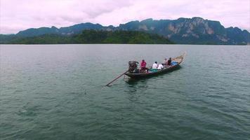 barco khao sok, vista traseira com pessoas no barco e colinas video