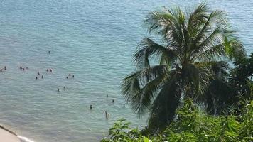 Thailand Sommertag Phuket Island Beach überfüllte schwimmende Menschen Panorama 4k
