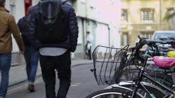 vista posteriore di persone in città che camminano per lavorare girato su r3d video