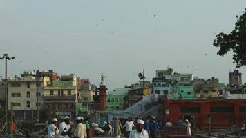 foto fechada de pessoas na rua em uma cidade, delhi, índia video