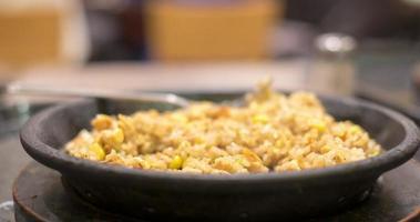 persone di lasso di tempo che mangiano riso fritto giapponese salmone in padella calda, soft focus