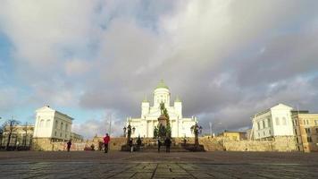helsínquia, finlândia - 25 de dezembro de 2015: as pessoas desfrutam de um dia ensolarado na praça do senado em helsínquia em feliz natal, finlândia.