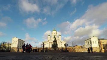 helsinki, finlandia - 25 de diciembre de 2015: la gente disfruta de un día soleado en la plaza del senado en helsinki en feliz navidad, finlandia. video