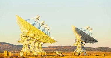 Laps de temps au coucher du soleil du réseau satellite video