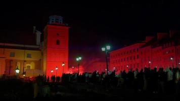 multidão reunida no centro da cidade, desordem civil não violenta, sinalizadores vermelhos de fumaça