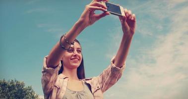 linda morena tirando uma selfie no parque video