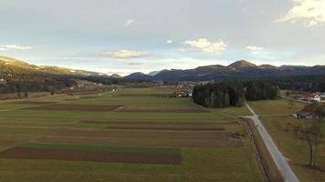 Toma aérea del hermoso campo en un pequeño pueblo