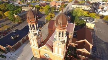 passeio aéreo de tirar o fôlego, sobrevôo pela arquitetura da igreja com torre dupla