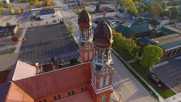 tour aereo mozzafiato fly-around architettura della chiesa a doppio campanile