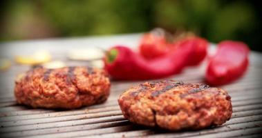 Rissóis de carne de qualidade grelhados em churrasqueira ao ar livre