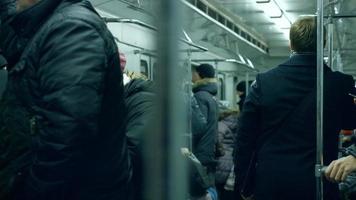 pessoas no metrô. video
