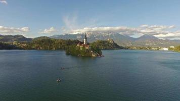 gente remando en el lago bled video