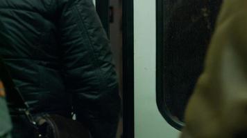 muitas pessoas no metrô.
