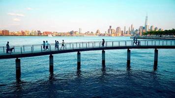 persone che camminano e corrono sul ponte 4K