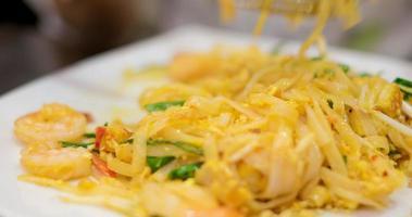 Zeitraffer von Menschen, die Pad Thai essen