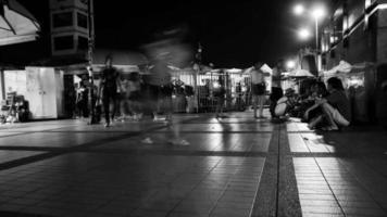 video en blanco y negro la gente camina