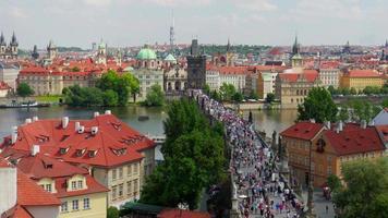 Charles Bridge e vista sul castello di Praga video