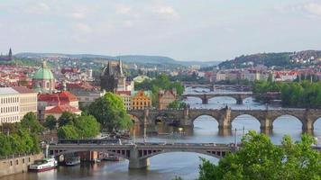 puente de carlos y vista del castillo de praga