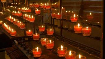 mensole di candele in chiesa
