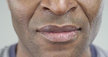 primo piano estremo di un sorriso di un uomo afro-americano