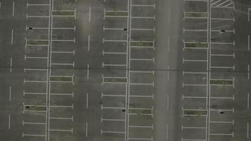 Antena 4k: próximo carro na área vazia do parque, de manhã cedo video